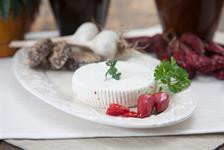 Čerstvý kozí sýr s příchutí chili