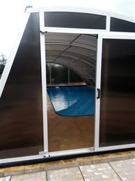 Vstup do zastřešení bazénu.