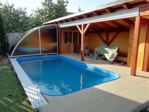 Odsunuté zastřešení bazénu na zeď