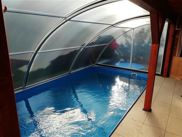 Vnitřní pohled pod zastřešení bazénu